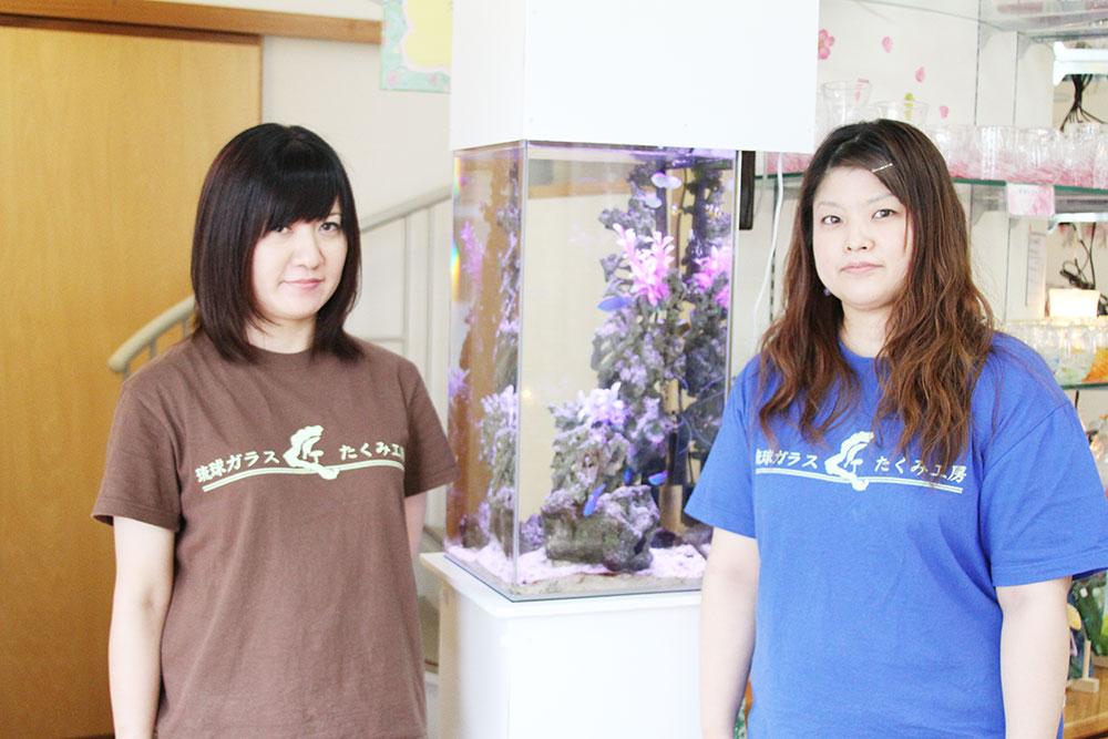 琉球ガラス匠工房恩納店、スタッフと水槽の写真