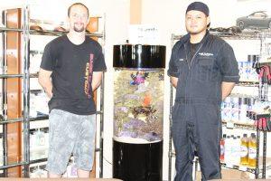 Eye Candy Customz、スタッフと水槽の写真