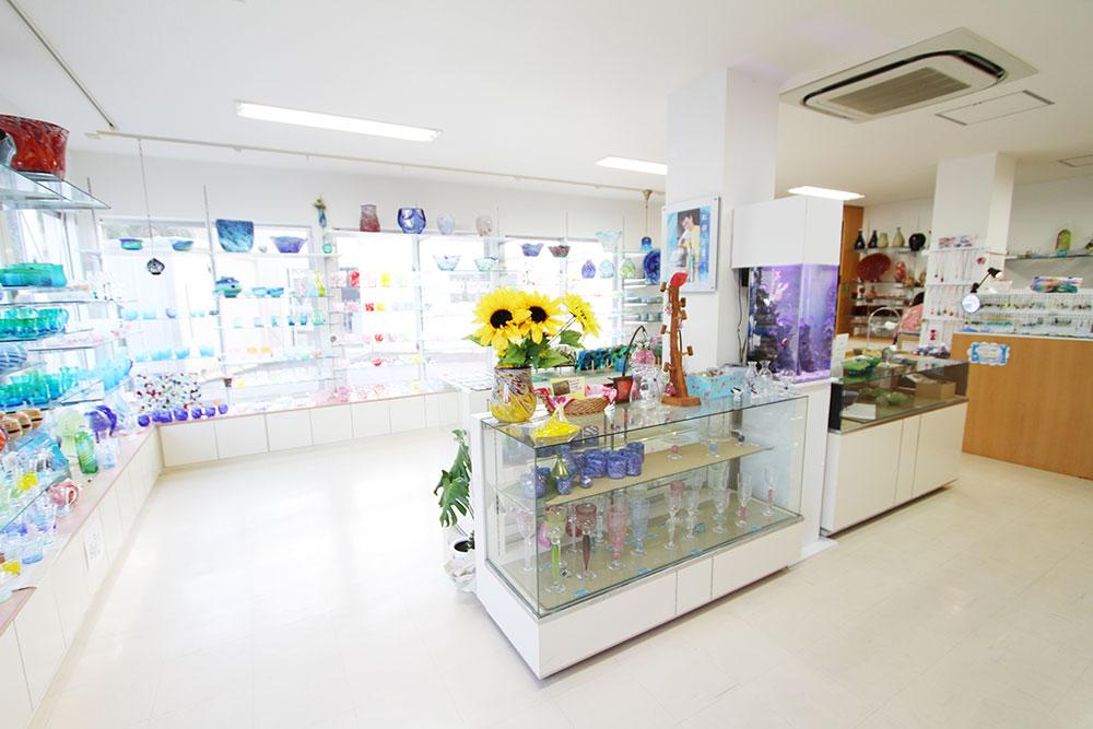 琉球ガラス匠工房石川本店、水槽設置店内風景